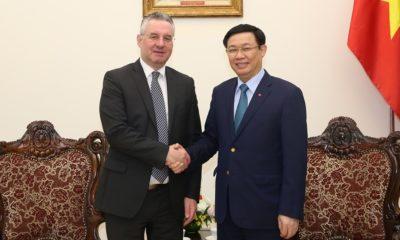 Ông Jan Zahradil gặp Phó Thủ tướng Vương Đình Huệ tại Hà Nội, ngày 5/12/2017. Ảnh: ven.vn.