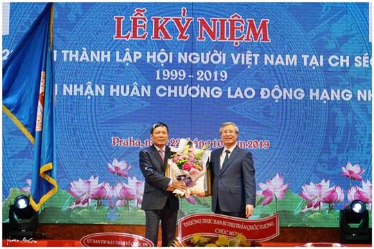 Ông Hoàng Đình Thắng (trái) được Ủy viên Bộ Chính trị Trần Quốc Vượng trao  Huân chương Lao động hạng Nhì, tháng 10/2019. Ảnh: mattran.org.vn.
