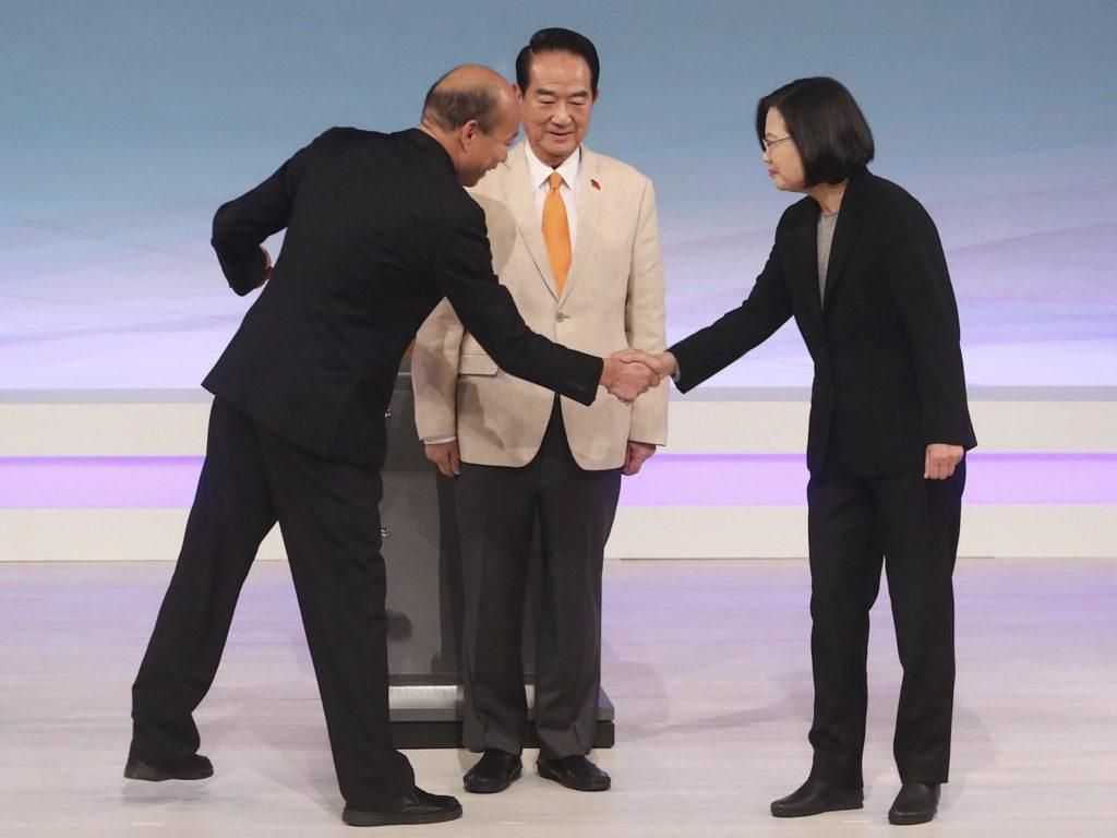 Hàn Quốc Du (trái), Tống Sở Du (giữa) và Thái Anh Văn (phải) trong cuộc tranh luận trên truyền hình ngày 29/12/2019. Ảnh: AP.