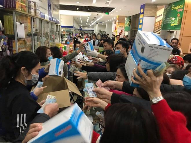 Người dân chen lấn mua khẩu trang y tế tại một hiệu thuốc. Ảnh: Báo Đầu tư.
