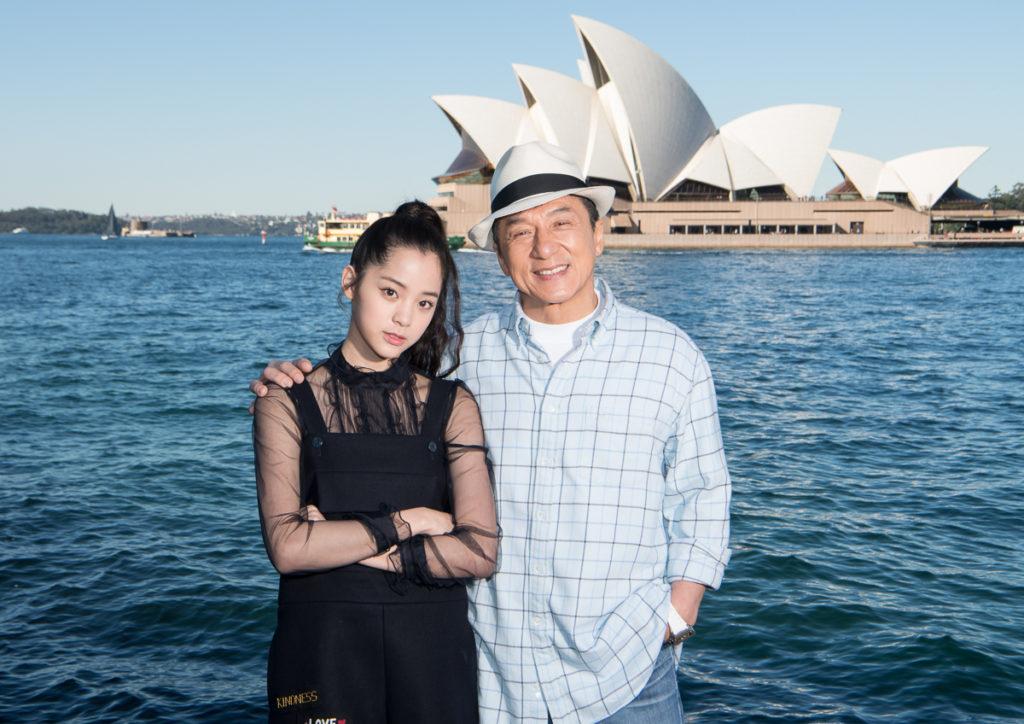 Nghệ sĩ Âu Dương Na Na (Đài Loan) và Thành Long (Trung Quốc). Ảnh: helloasia.com.