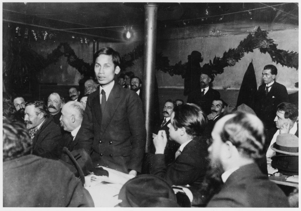 Nguyễn Ái Quốc tại Đại hội của Đảng Xã hội Pháp năm 1920, đánh đấu những bước đầu tiên trong hành trình tiếp thu chủ nghĩa cộng sản của ông. Ảnh: Chưa rõ nguồn.