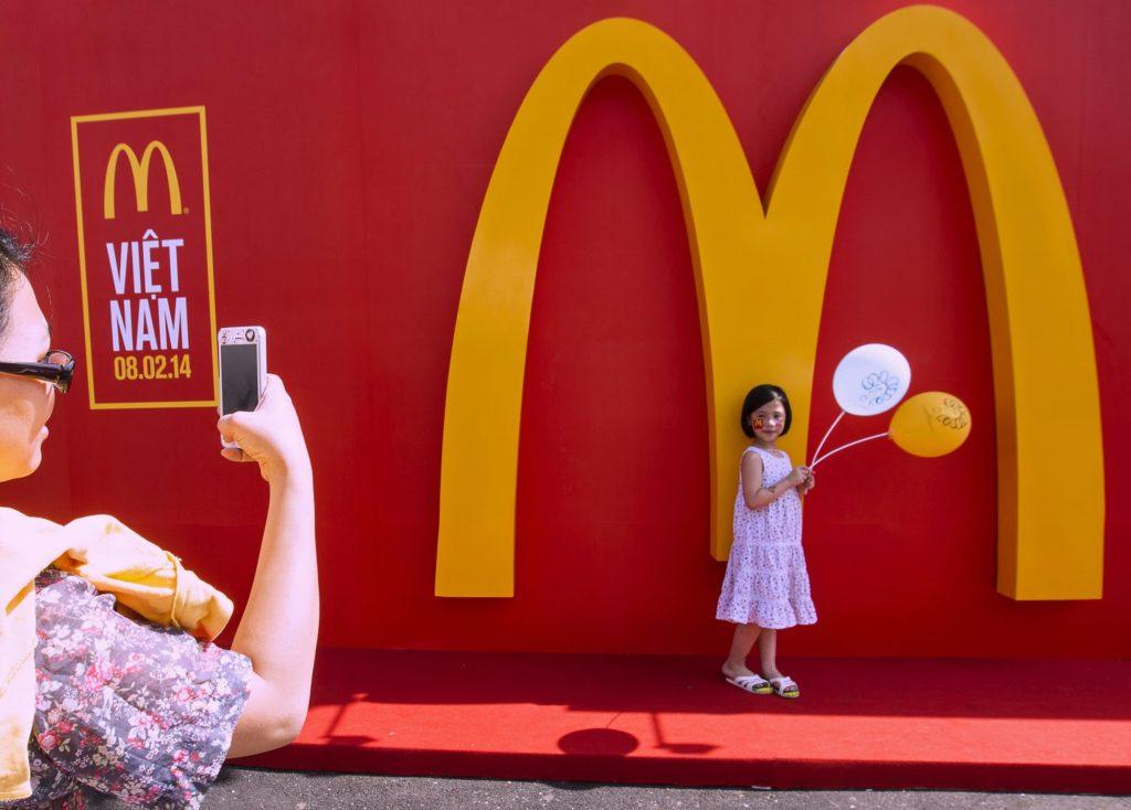 Các nhà tư bản phương Tây giờ đây được chào đón nhiệt liệt ở Việt Nam. Ảnh: Lễ khai trương chuỗi nhà hàng McDonald's ở TP. Hồ Chí Minh, ngày 8/2/2014 của Le Quang Nhat | AFP | Getty Images.