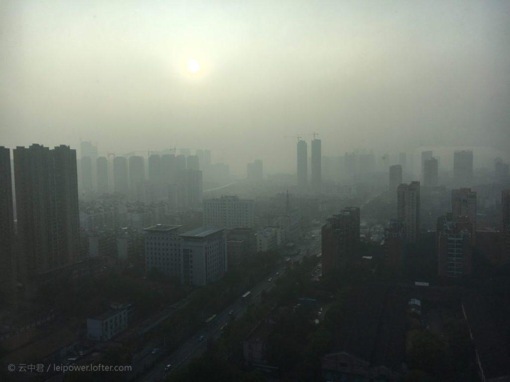 Một bức ảnh thành phố Vũ Hán (Trung Quốc) mù khói/sương lan truyền trên mạng với lời đồn nguyên nhân do đốt xác bệnh nhân nhiệm coronavirus. Ảnh: Chưa rõ nguồn.