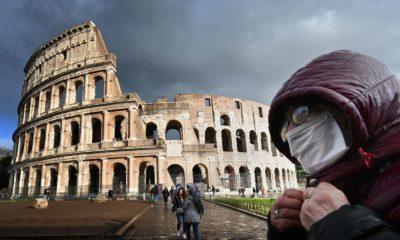 Một người đeo khẩu trang tại khu vực Đấu trường La Mã ở thủ đô Roma, Ý, ngày 7/3/2020. Ảnh: Alberto PIZZOLI / AFP.
