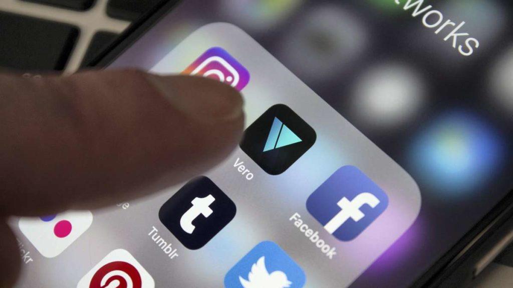 Có hàng chục ứng dụng mạng xã hội để bạn lựa chọn. Ảnh: thenational.ae.