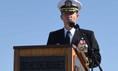 Thuyền truyển Brett Crozier của hàng không mẫu hạm USS Theodore Roosevelt. Ảnh: Getty Images.