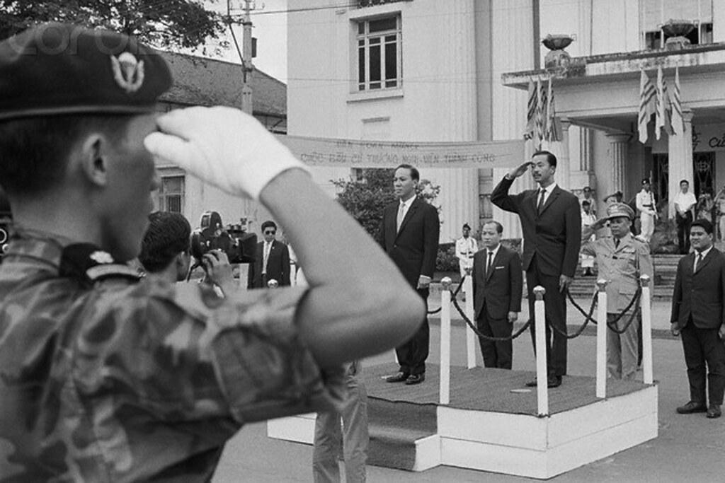 Tổng Thống đắc cử Nguyễn Văn Thiệu và Thủ tướng Nguyễn Cao Kỳ trong lễ khai mạc Thượng Nghị Viện VNCH gồm có 60 nghị sĩ tại phía trước Hội trường Diên Hồng, ngày 19/10/1967. Ảnh: Bettmann/CORBIS.