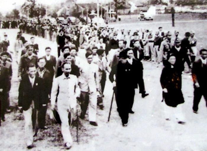 Hồ Chí Minh (áo trắng, hàng đầu) ngày 5/1/1946. Ảnh: quochoi.vn.