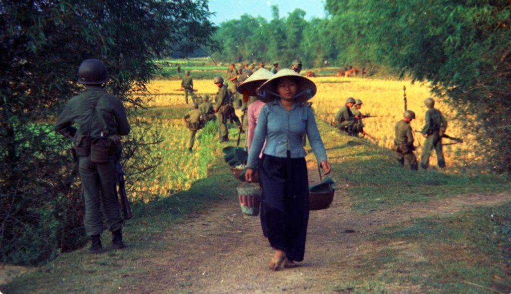Một đơn vị lính Mỹ tại một làng quê miền Nam năm 1965. Ảnh: docsteach.org