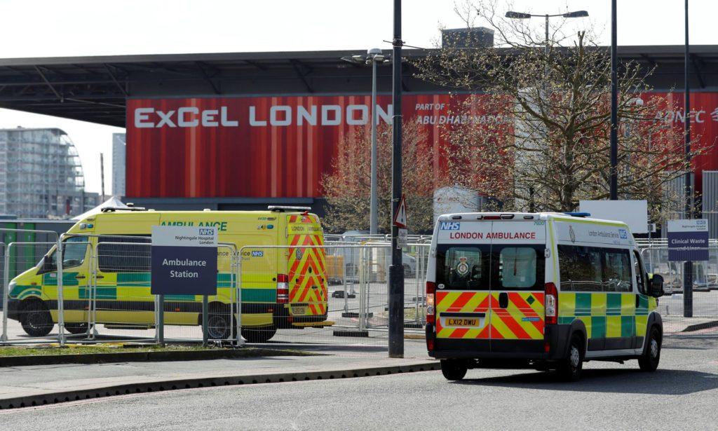 Xe cứu thương bên ngoài bệnh viện NHS Nightingale tại Trung tâm Excel ở London. Ảnh: Matthew Childs/Reuters.