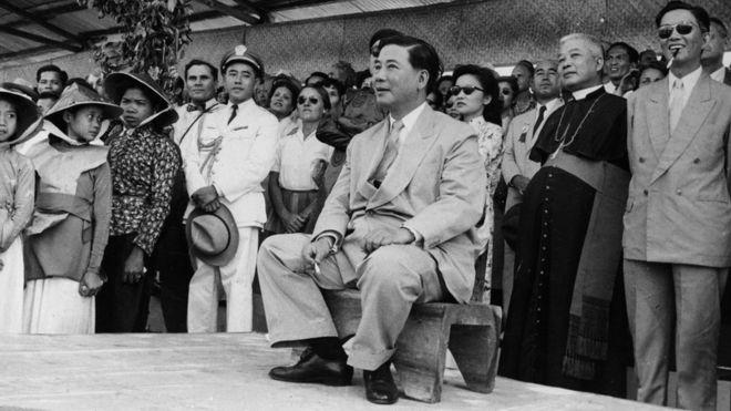 Ông Ngô Đình Diệm, tổng thống đầu tiên của Việt Nam Cộng hòa, xuất hiện tại một hội chợ ở Sài Gòn năm 1957. Ảnh: Getty Images.