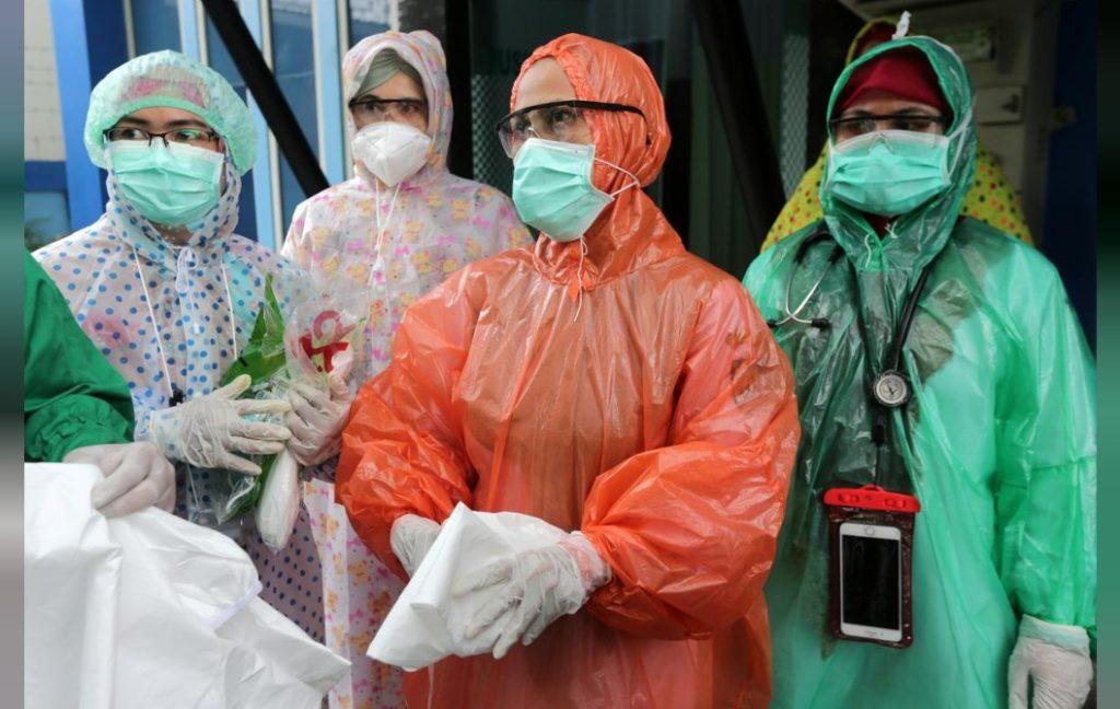 Các nhân viên y tế mặc áo mưa dùng một lần như bộ đồ bảo hộ để phục vụ bệnh nhân trong bối cảnh đại dịch coronavirus (COVID-19) bùng phát tại một trung tâm y tế địa phương ở Aceh, Indonesia ngày 6 tháng Tư năm 2020. Ảnh: Antara Foto/Irwansyah Putra/Reuters.