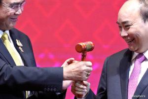 Thủ tướng Nguyễn Xuân Phúc tiếp nhận vị trí Chủ tịch luân phiên ASEAn từ Thủ tướng Thái Lan, tháng 11/2019. Ảnh: REUTERS/Soe Zeya Tun.