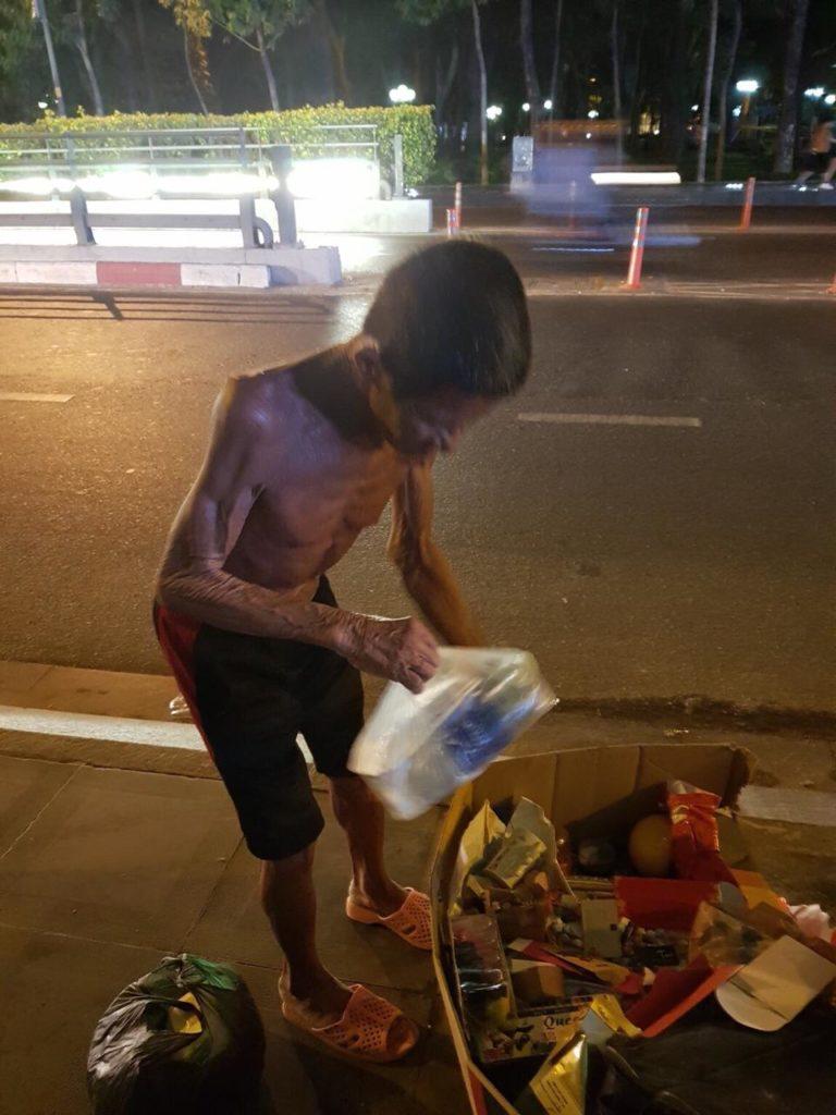 Sống bám mặt đường. Ảnh: Phạm Đoan Trang/Luật Khoa.