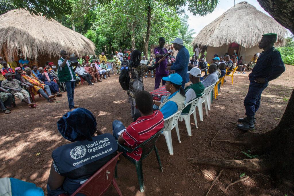 Chuyên viên của WHO trong một chương trình địa phương ở châu Phi. Ảnh: WHO.