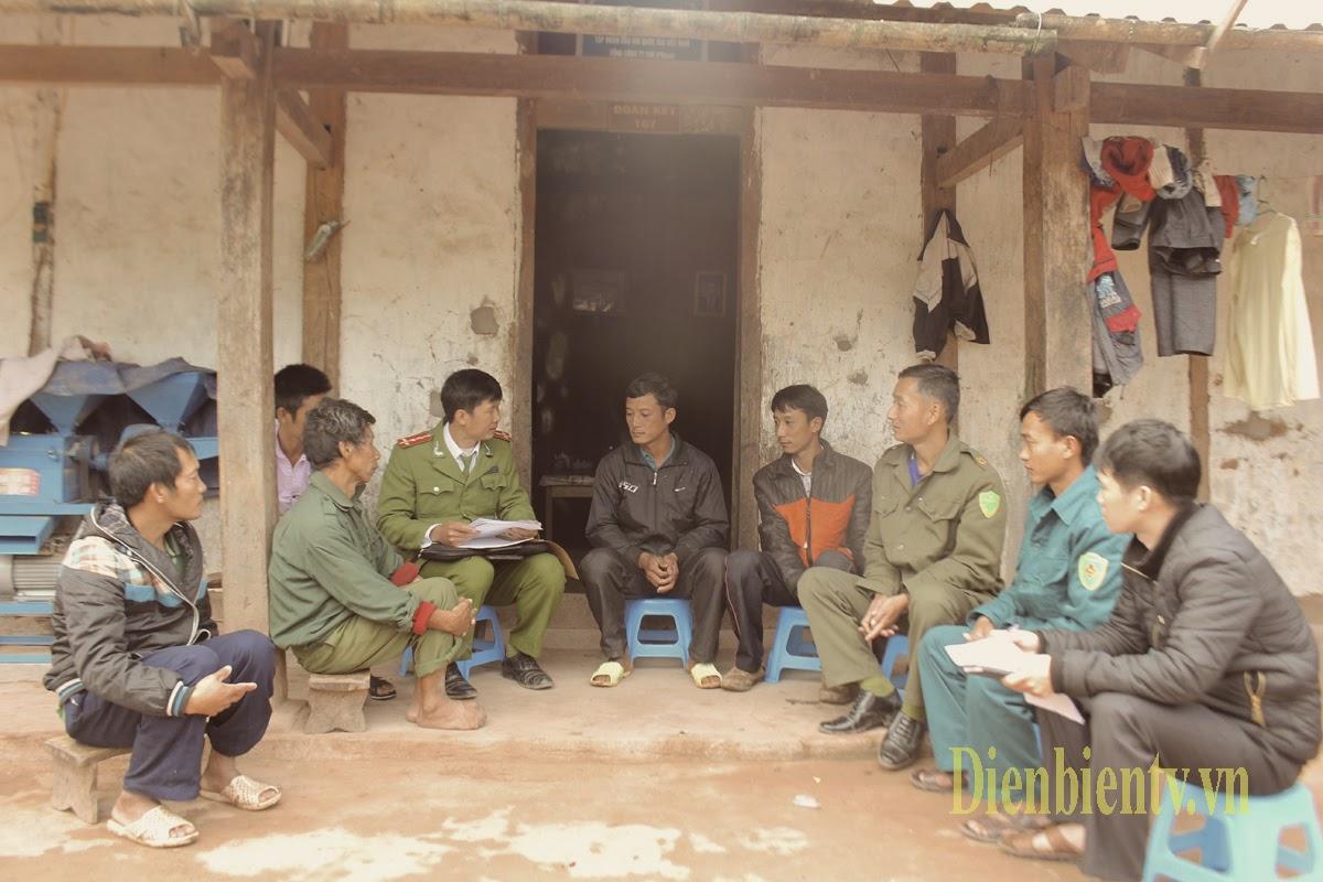 Một cảnh vận động người dân không theo những tôn giáo mới của Công an huyện Mường Nhé, tỉnh Điện Biên. Ảnh: Dienbientv.vn.