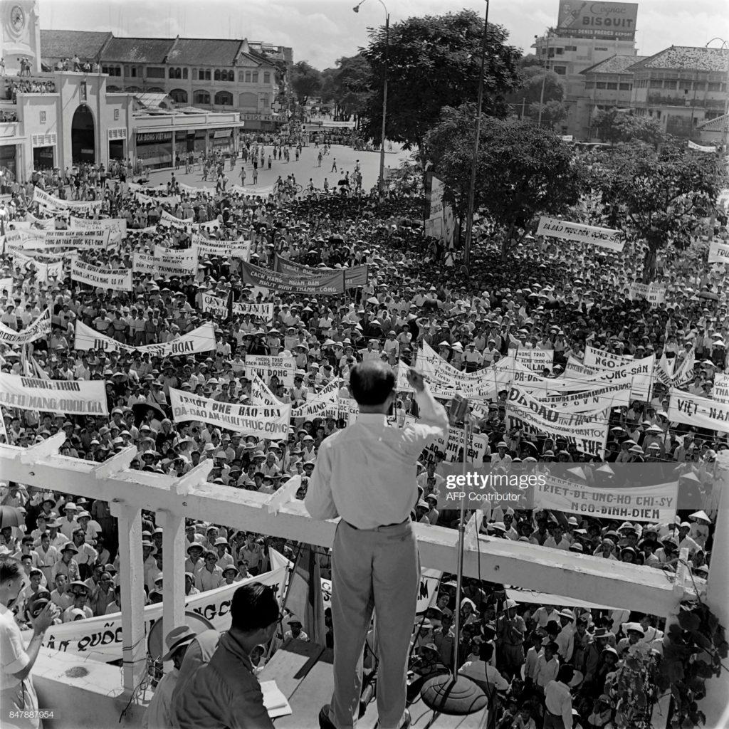 Một cuộc biểu tình phản đối Quốc trưởng Bảo Đại, ủng hộ Ngô Đình Diệm năm 1955. Ảnh: AFP/Getty Images.