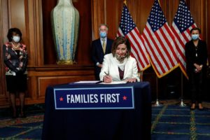 Chủ tịch Hạ viện Mỹ Nancy Pelosi ký dự luật cứu trợ thứ tư, 23/4/2020. Ảnh: Reuters.