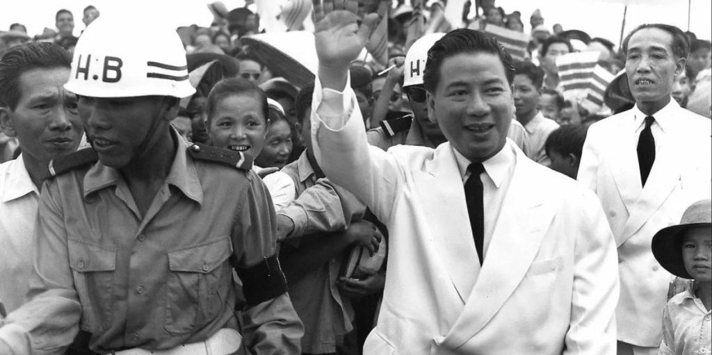 Thủ tướng Quốc gia Việt Nam Ngô Đình Diệm đi thăm Buôn Mê Thuột ngày 12/6/1955. Ảnh: AP Photo/ Frank Waters.
