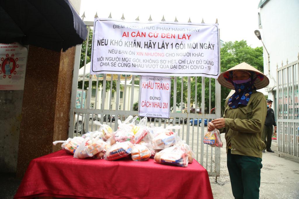 Một điểm phát thực phẩm hàng ngày ở Hà Nội. Ảnh: Báo Tổ quốc.