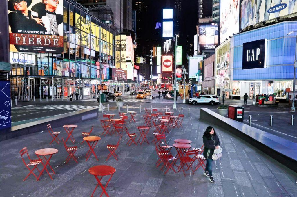 Quảng trường Thời Đại (New York) vắng vẻ bất thường. Ảnh: AP.