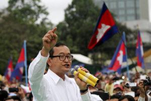 Sam Rainsy, Chủ tịch Đảng Cứu quốc Campuchia, phát biểu tại Freedom Park ở Phnompenh ngày 17/12/2013. Ảnh: Reuters.