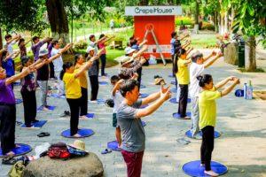 Một nhóm tập Pháp Luân Công ở khu đô thị Ecopark, Hà Nội. Ảnh: tinhtue.org.