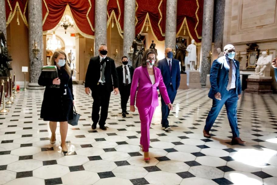 Chủ tịch Hạ viện Mỹ Nancy Pelosi (áo hồng) tại Hạ viện ngày 15/5/2020. Ảnh: Michael Reynolds/EPA-EFE/Shutterstock.