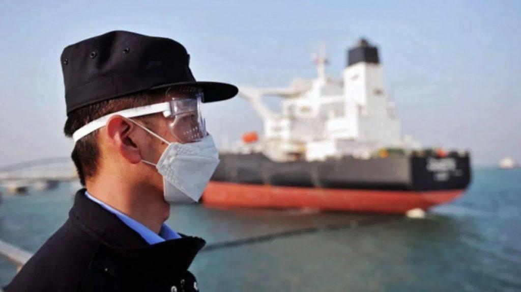 Cảnh sát tại một cảng biển Trung Quốc, ngày 20/3/2020. Ảnh: AFP.