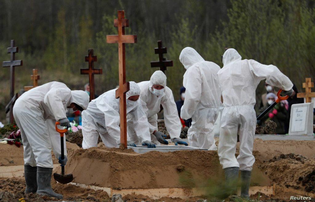 Cảnh mai táng người được cho là nhiễm coronavirus ở Saint Petersburg, Nga, ngày 13/5/2020. Ảnh: Reuters.