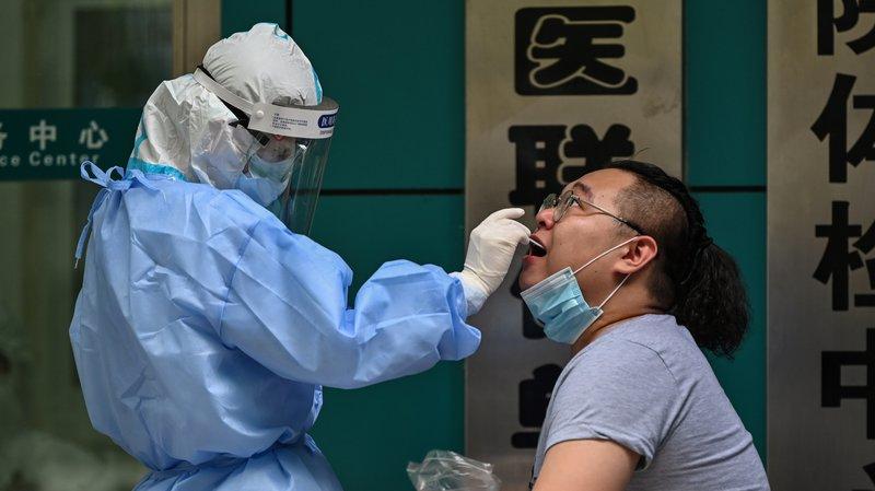 Một người ở Vũ Hán, Trung Quốc đang được xét nghiệm. Ảnh: Getty Images.