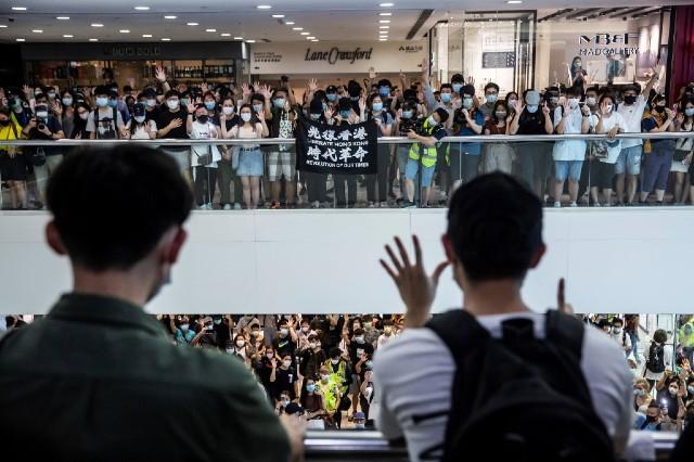 Người biểu tình tại một khu mua sắm ở Hong Kong ngày 10/5/2020. Ảnh: AFP.