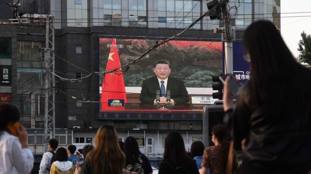 Một màn hình lớn ở Bắc Kinh chiếu bài phát biểu của Chủ tịch Tập Cận Bình trong hội nghị của Hội đồng Y tế Thế giới (WHA). Ảnh: CNN.