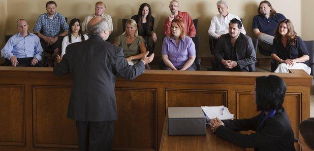 Bồi thẩm đoàn đang nghe các bên trình bày trong một vụ án. Ảnh: assets.lbc.co.uk.