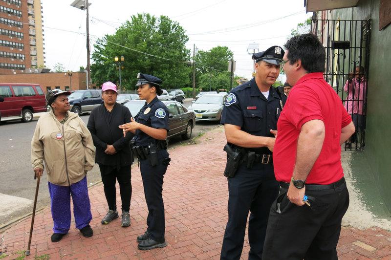 Cảnh sát Camden đi tuần và bắt chuyện với người dân địa phương. Ảnh: Jeff Brady/NPR.
