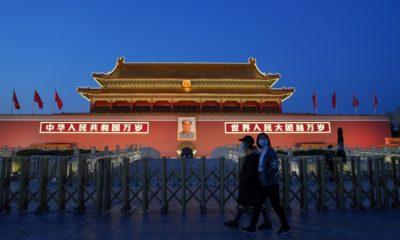 Người dân đeo khẩu trang đi qua quảng trường Thiên An Môn ở Bắc Kinh, Trung Quốc. Ảnh: Getty Images.