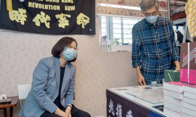 Tổng thống Đài Loan Thái Anh Văn (trái) thăm hiệu sách của ông Lam Wing-kei, tháng 5/2020. Ảnh: AFP.