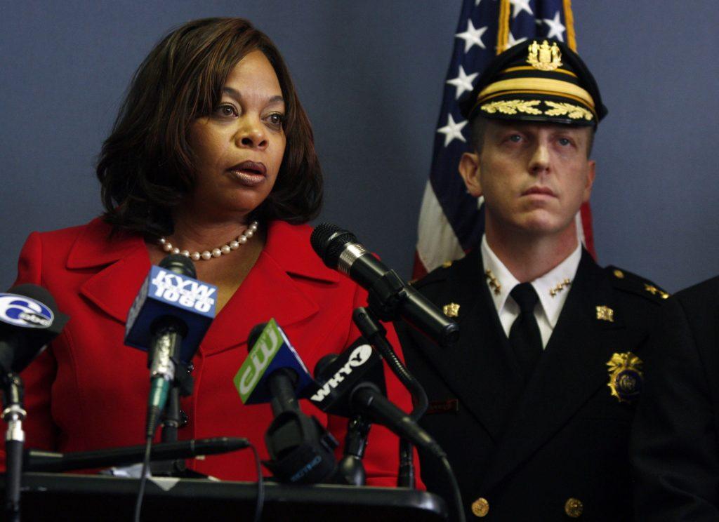 Thị trưởng thành phố Camden Dana Redd và cảnh sát trưởng thành phố Scott Thomson năm 2011. Ảnh: AP.