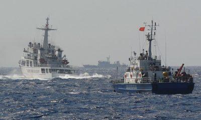 Tàu Cảnh sát Biển Việt Nam (phải) đuổi theo một tàu Cảnh sát Biển Trung Quốc ngày 14/5/2014 trên Biển Đông. Ảnh: Hoang Dinh Nam | AFP | Getty Images.