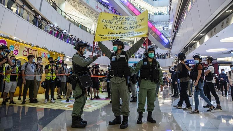 Cảnh sát cảnh báo người biểu tình ở Hong Kong sau khi Luật An ninh Quốc gia có hiệu lực. Ảnh: AFP.