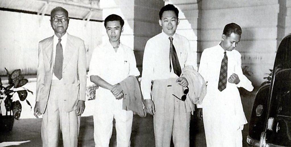 Lâm Trường Thành và Lý Quang Diệu (giữa) năm 1955. Ảnh: theindependent.sg.