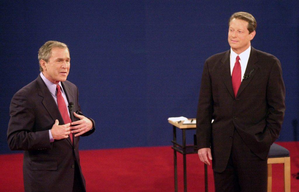 Hai ứng cử viên G. W. Bush và Al Gore tranh luận trên truyền hình năm 2000. Ảnh: Boston Global.