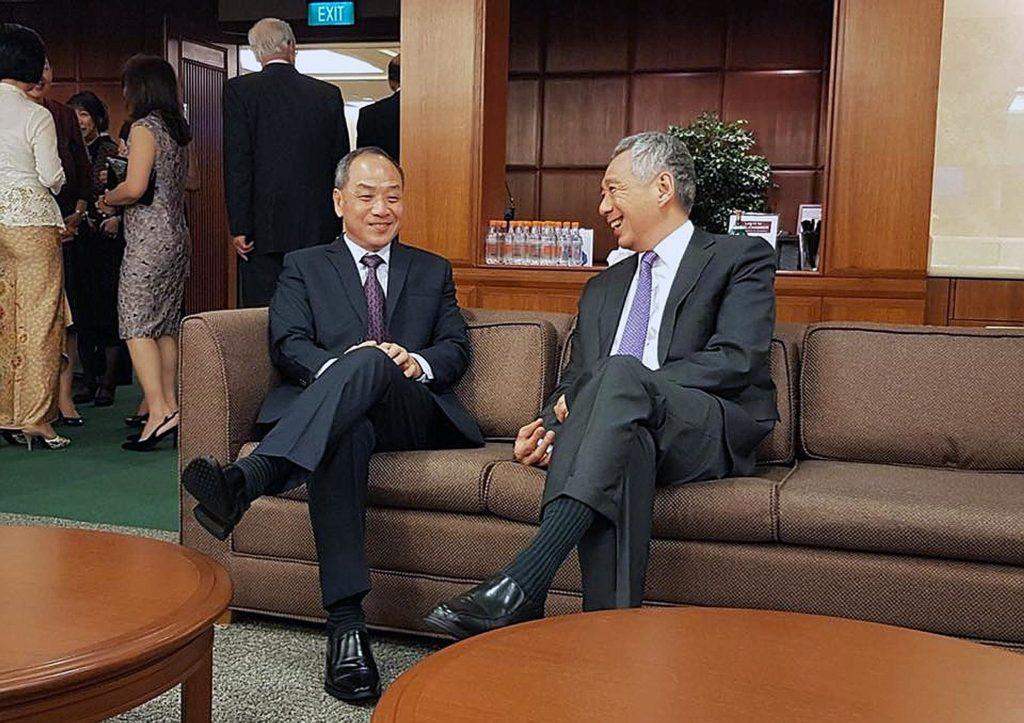 Ông Lưu Trình Cường và Thủ tướng Lý Hiển Long bên hành lang Quốc hội Singapore năm 2018. Ảnh: Đảng Công nhân Singapore.