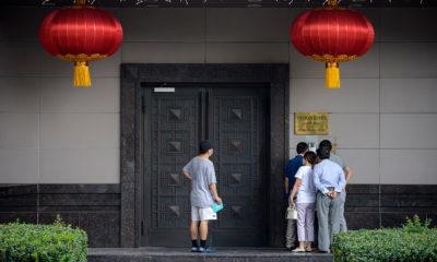 Nhiều người tìm cách tiếp cận Lãnh sự quán Trung Quốc ở Houston (bang Texas, Hoa Kỳ) ngày 22/7/2020. Ảnh: Getty Images.