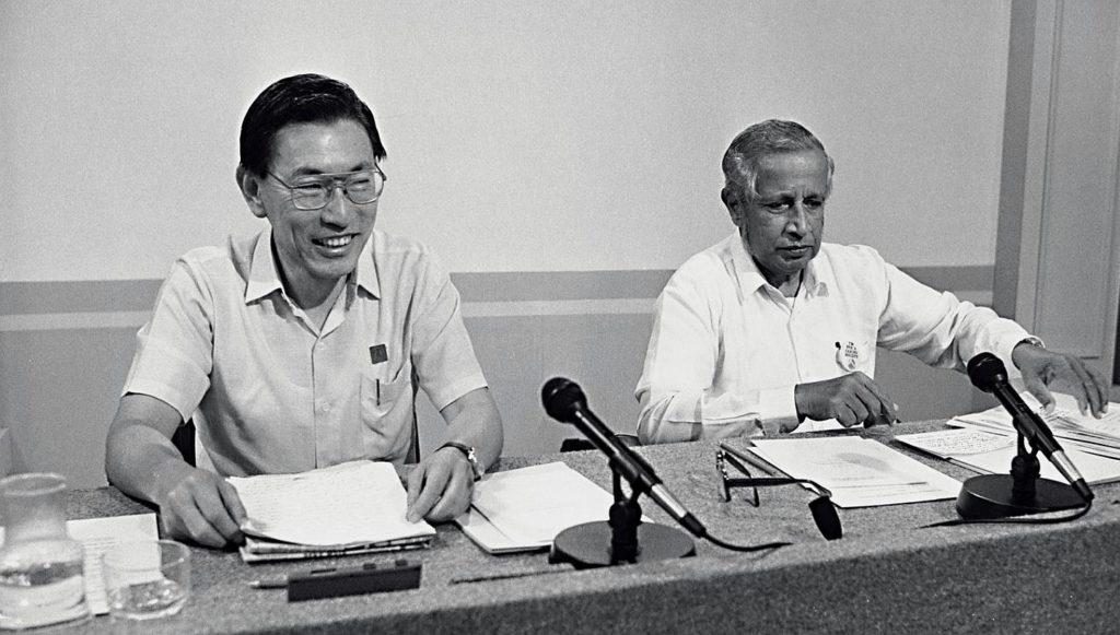 Ông Chiêm Thời Trung và J.B Jeyaretnam. Ảnh: wakeupsg.com.