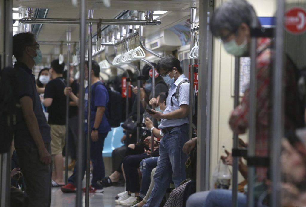 Đài Loan bắt buộc đeo khẩu trang trên các phương tiện giao thông công cộng, ai không chấp hành sẽ bị phạt. Ảnh: Chiang Ying-ying / AP.