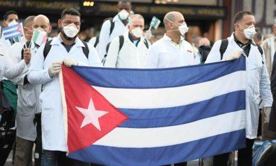 Nhóm bác sĩ Cuba đến Italia để hỗ trợ nước này chống dịch COVID-19, ngày 22/3/2020. Ảnh: REUTERS/Daniele Mascolo.