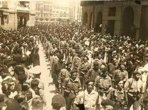 Requetés desfilando en Pamplona