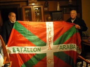 Manuel Ibarrola con Ikurriña del Batallón Araba